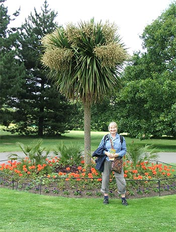 With a New Zealand grinning gardener!