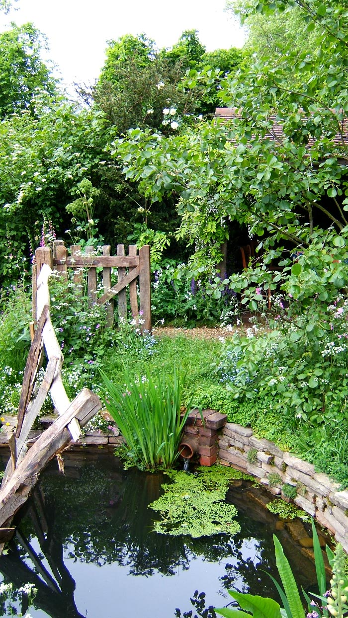 Chelsea pensioners garden for Garden with a pond